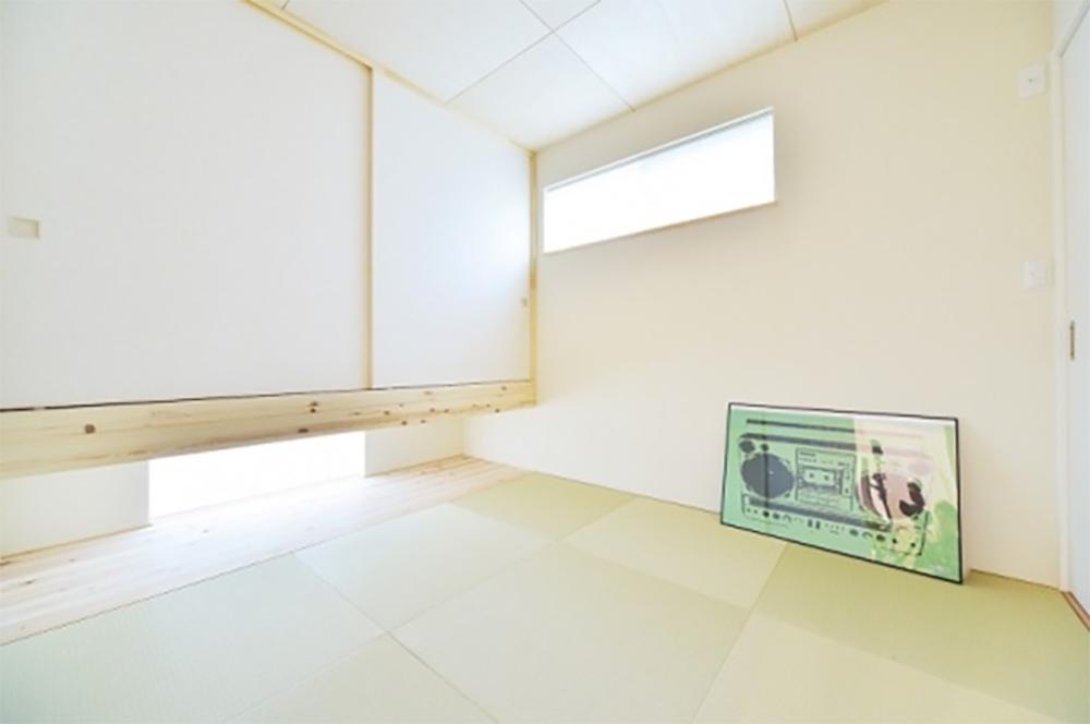 地窓のある和室は柔らかな雰囲気に