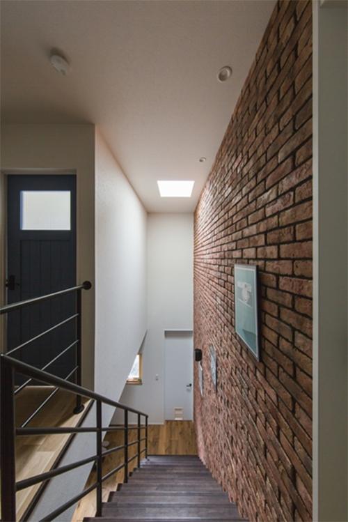 重厚感のある階段が2階へと誘う